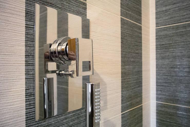 Un bagno  dallo stile classico ma contemporaneo: Bagno in stile  di CAFElab studio, Moderno Ceramica
