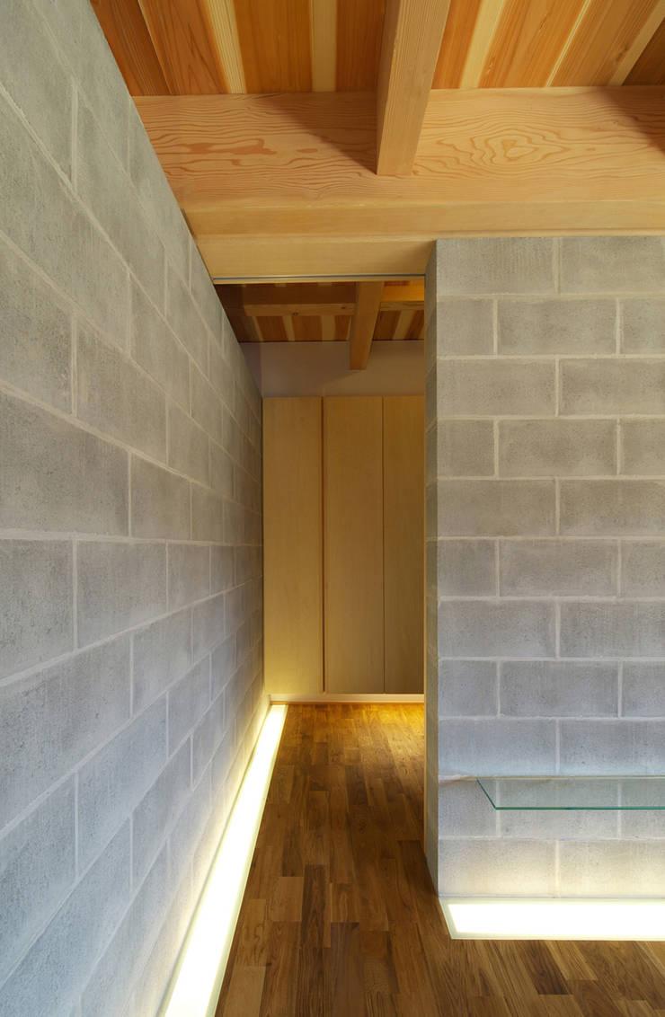 扶桑の家: 五藤久佳デザインオフィス有限会社が手掛けた廊下 & 玄関です。