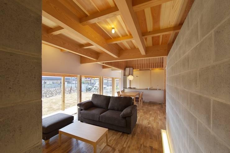 扶桑の家: 五藤久佳デザインオフィス有限会社が手掛けたリビングです。