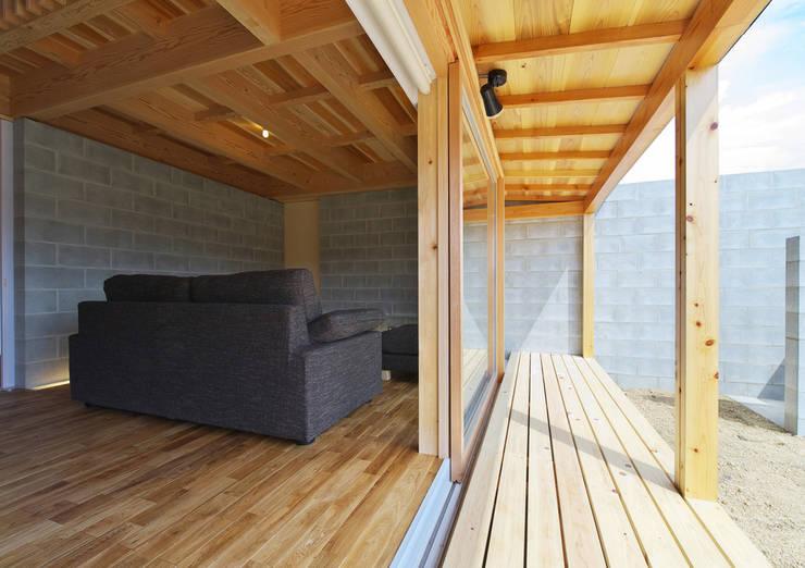 扶桑の家: 五藤久佳デザインオフィス有限会社が手掛けたテラス・ベランダです。