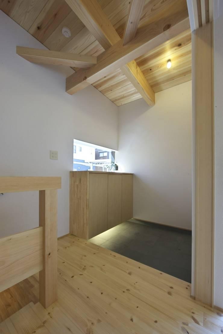 道路時の家: 五藤久佳デザインオフィス有限会社が手掛けた廊下 & 玄関です。