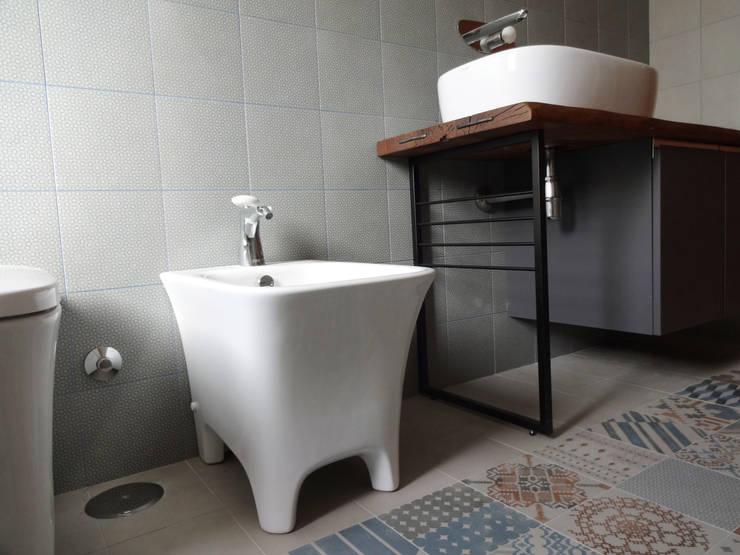 Un bagno dallo stile industriale: Bagno in stile  di CAFElab studio, Industrial Ceramica