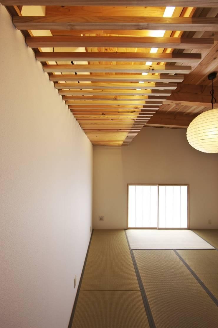 道路時の家: 五藤久佳デザインオフィス有限会社が手掛けた和室です。