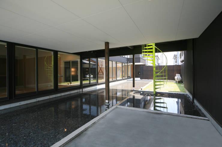 寺東の家: 五藤久佳デザインオフィス有限会社が手掛けた庭です。