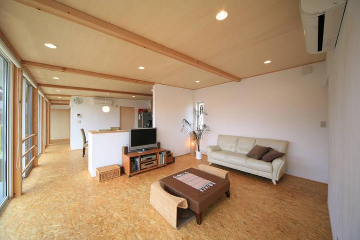 寺東の家: 五藤久佳デザインオフィス有限会社が手掛けたリビングです。