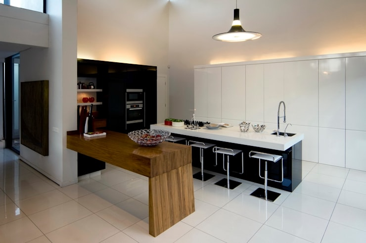 House Mosi :  Kitchen by Nico Van Der Meulen Architects