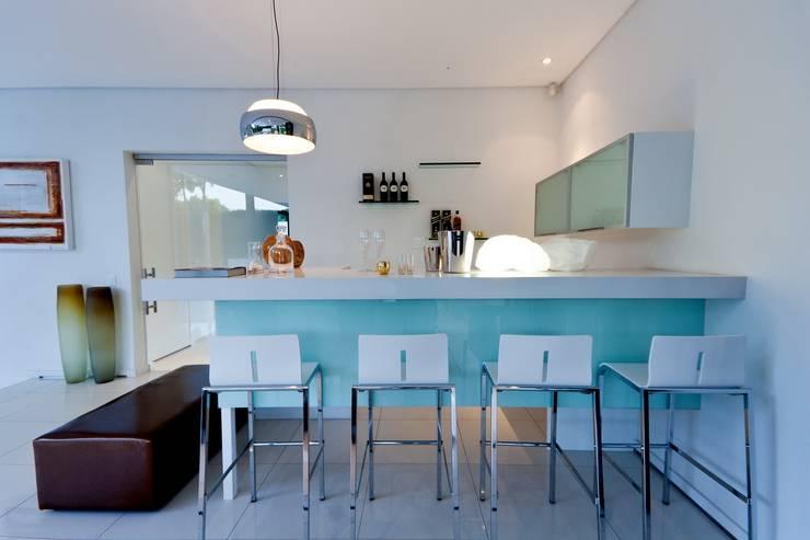 Cave à vin de style  par Nico Van Der Meulen Architects