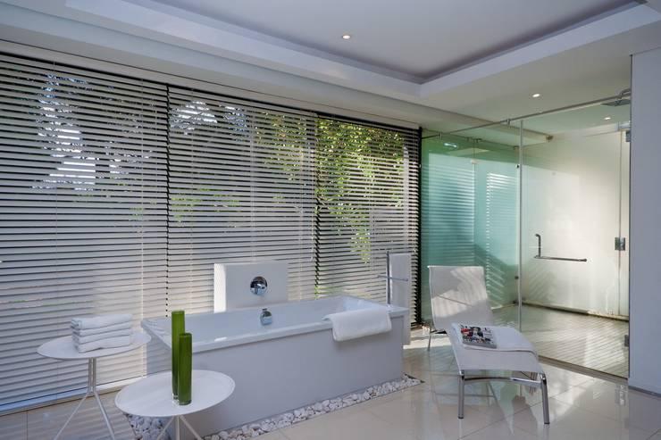 Bathroom by Nico Van Der Meulen Architects