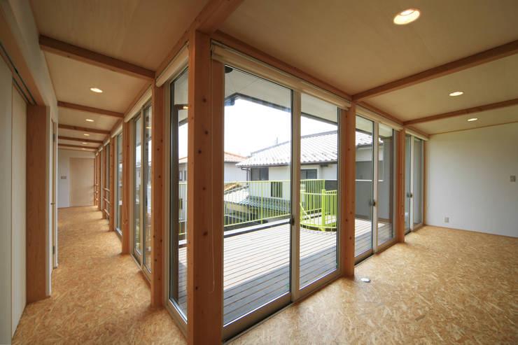 寺東の家: 五藤久佳デザインオフィス有限会社が手掛けた廊下 & 玄関です。