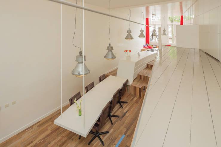de keuken, borrelhoek en hangende eettafel: moderne Eetkamer door CUBE architecten