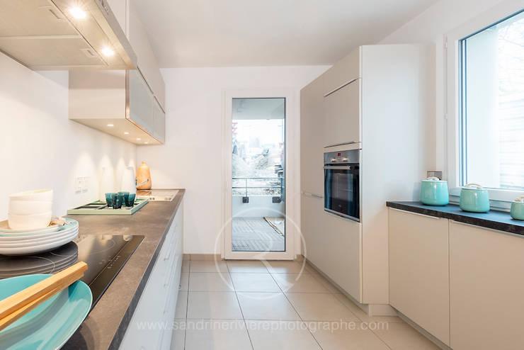 Résidence Carré Olonna – Bouygues Immobilier: Cuisine de style  par Sandrine RIVIERE Photographie