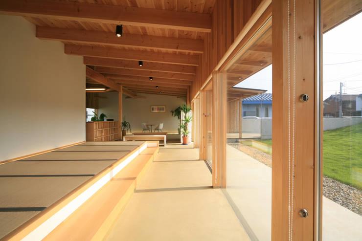 さとこまき調剤薬局: 五藤久佳デザインオフィス有限会社が手掛けた廊下 & 玄関です。