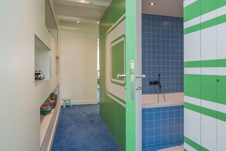 Kinder-badkamer als kern, met voorleesbankje:  Slaapkamer door CUBE architecten,