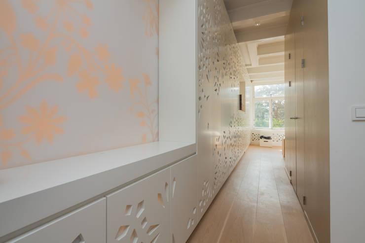 lange kastenwand met Persisch patroon en opmaak-nis:  Slaapkamer door CUBE architecten,
