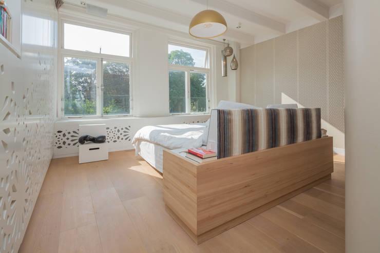 slaapkamer met maatwerk bed:  Slaapkamer door CUBE architecten,