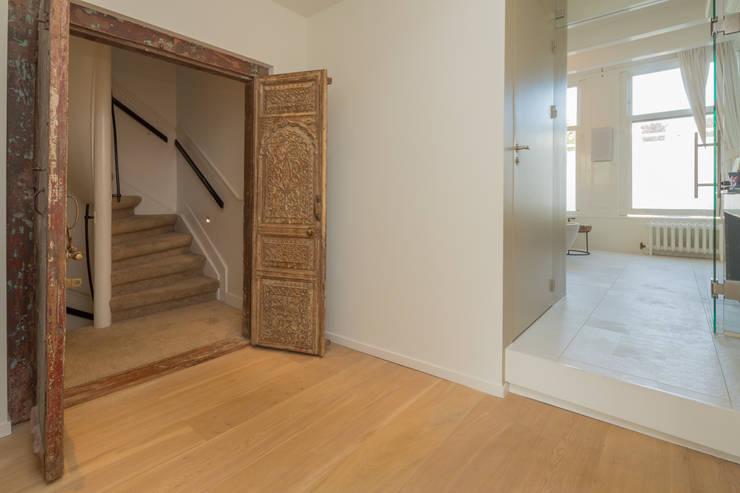 toegang naar de ouder-slaapverdieping en badkamer via oude arabische deur:  Badkamer door CUBE architecten