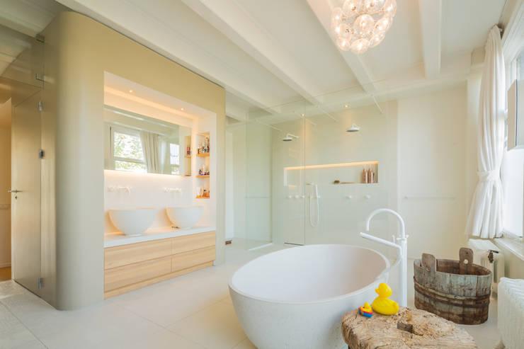 badkamer aan de gracht: moderne Badkamer door CUBE architecten