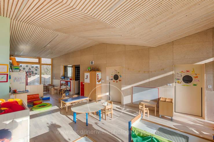 Crèche Bernin – Agence RK2 Architectes: Ecoles de style  par Sandrine RIVIERE Photographie