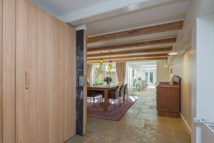 eetkamer en keuken aan de tuin:  Eetkamer door CUBE architecten,
