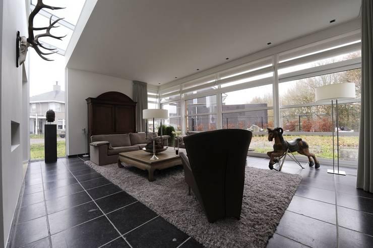 Woning S Roosendaal:  Woonkamer door BB architecten