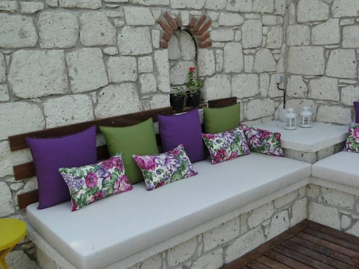 Tuncer Sezgin İç Mimarlık – Yu-Ga Otel Havuz Başı:  tarz Bahçe
