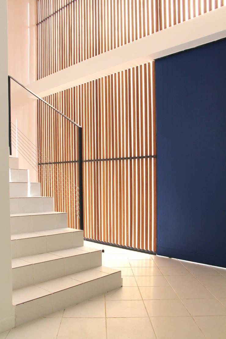 7BIS – Réhabilitation d'une maison individuelle: Couloir et hall d'entrée de style  par ARA Architecture Aménagement