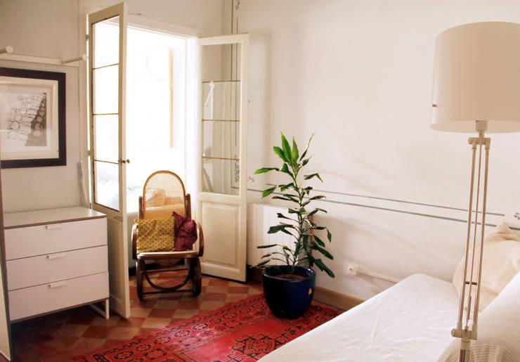 Apartamento en Malasaña: Dormitorios de estilo rústico de CARLA GARCÍA