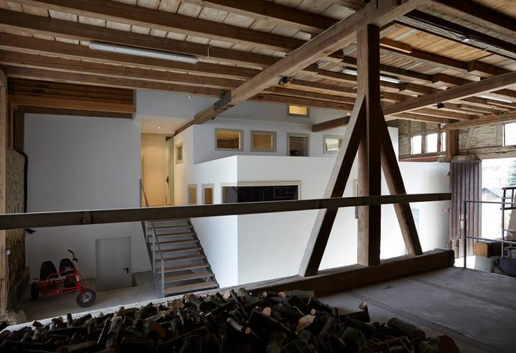 Haus im Haus:  Flur & Diele von ab.rm - gesellschaft für interdisziplinäres arbeiten in den Bereichen Architektur, Urbanistik, design, Kunst