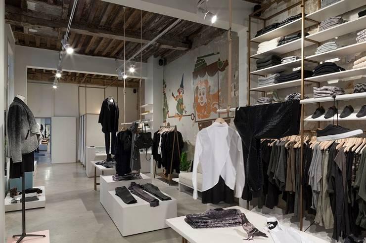 Monar & Clothes  – Antwerpen:  Winkelruimten door PUUR interieurarchitecten