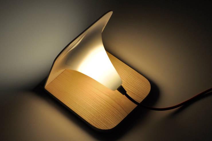 Lampe à poser : Chambre de style  par Laurent Bloëdt
