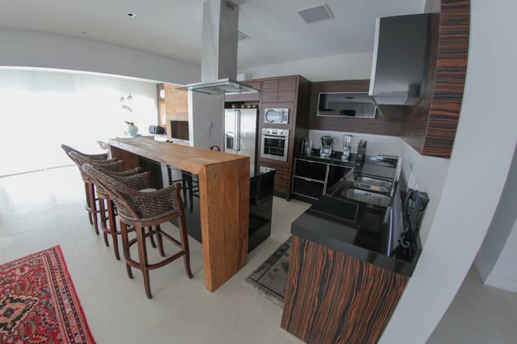 Casa Fabris: Cozinhas ecléticas por Cecyn Arquitetura + Design