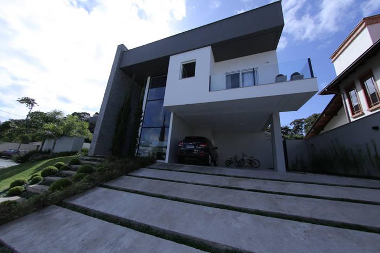 Casa Fabris: Casas  por Cecyn Arquitetura + Design