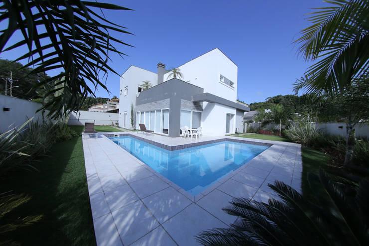 Casa Fabris: Piscinas modernas por Cecyn Arquitetura + Design