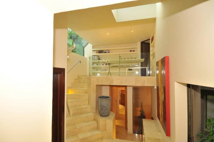 House Fern :  Corridor & hallway by Nico Van Der Meulen Architects