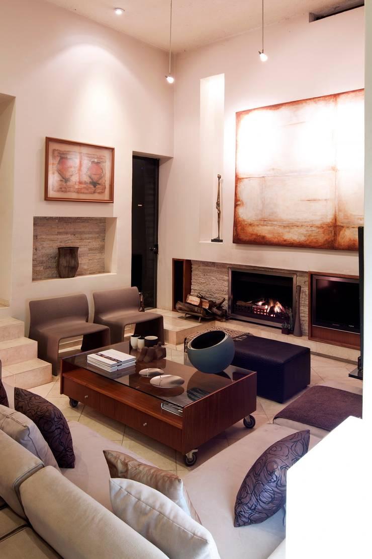 House Fern :  Living room by Nico Van Der Meulen Architects