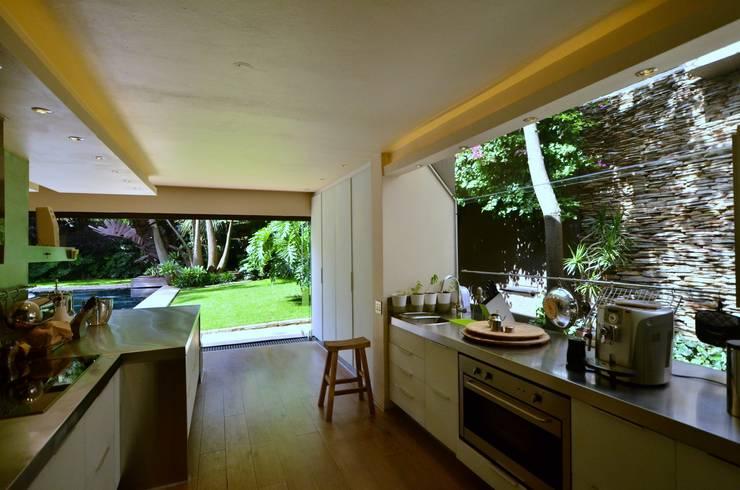 House Fern :  Kitchen by Nico Van Der Meulen Architects