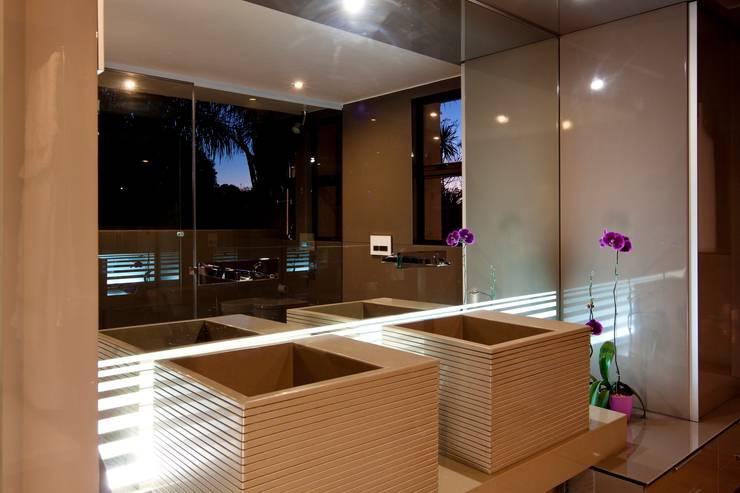 Baños de estilo moderno por Nico Van Der Meulen Architects