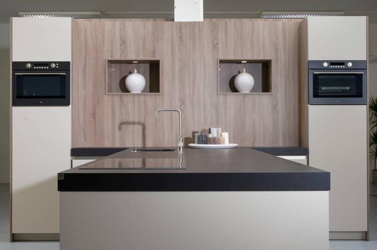 Eigen atelier:  Keuken door NewLook Brasschaat Keukens
