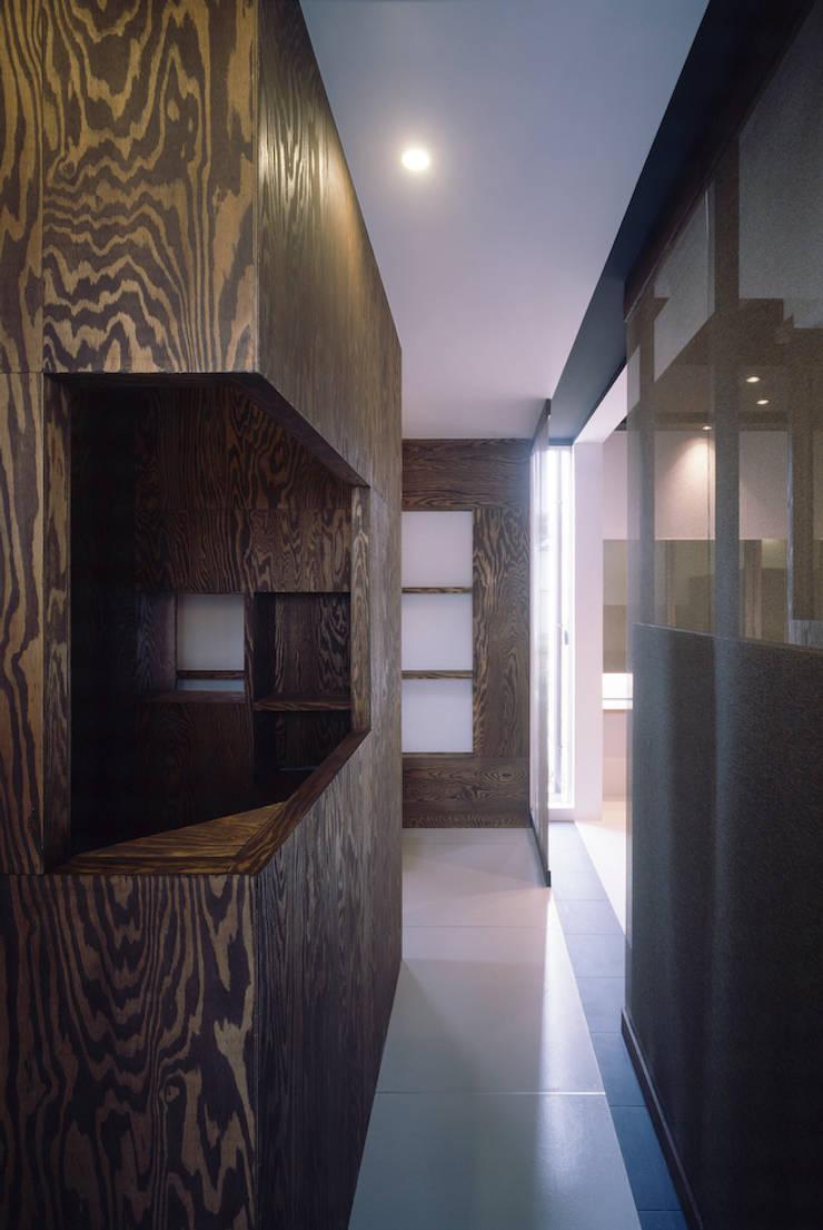 線路際の家: SHU一級建築士事務所が手掛けた廊下 & 玄関です。