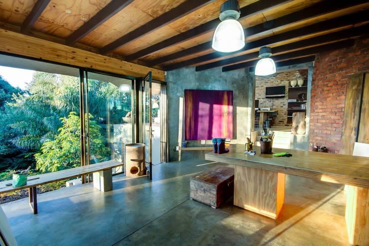Oficinas de estilo moderno por Nico Van Der Meulen Architects