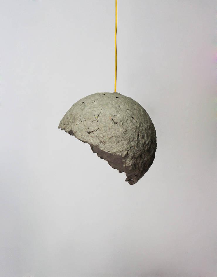 """""""Globe"""" wisząca lampa z papierowej pulpy: styl , w kategorii Salon zaprojektowany przez Crea-re Studio"""