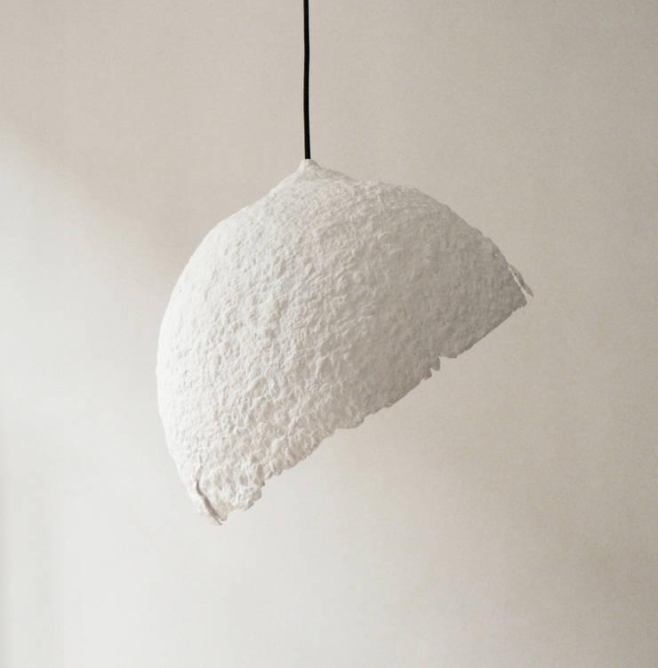 """""""Globe blanco"""" wisząca lampa z papierowej pulpy: styl , w kategorii Salon zaprojektowany przez Crea-re Studio"""
