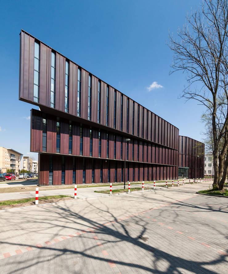 Frontowa elewacja: styl , w kategorii Szkoły zaprojektowany przez METEOR ARCHITECTS Anna Pszonak