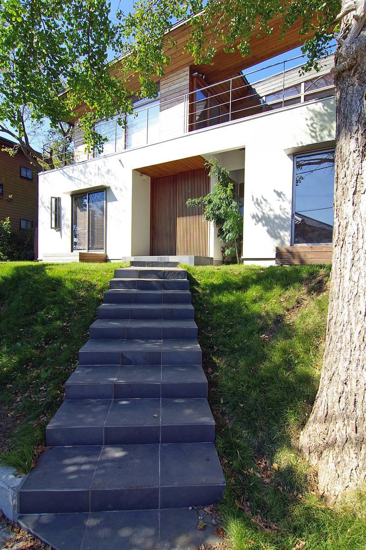 アプローチ: 株式会社横山浩介建築設計事務所が手掛けた家です。,