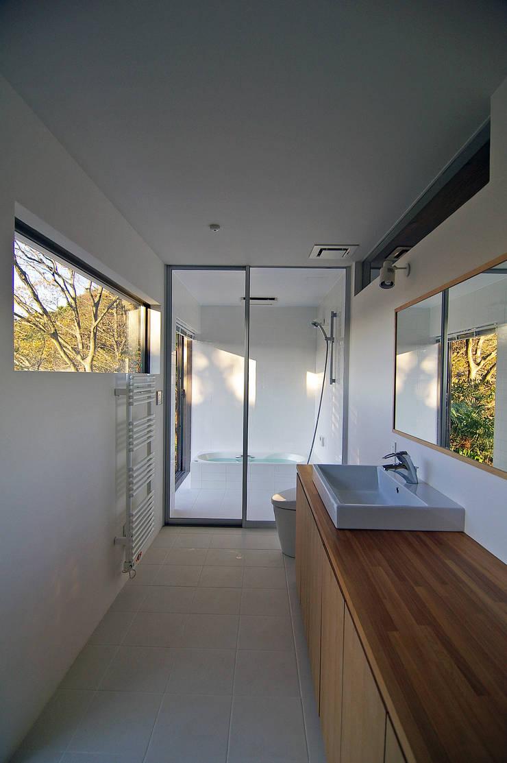 洗面室: 株式会社横山浩介建築設計事務所が手掛けた浴室です。,