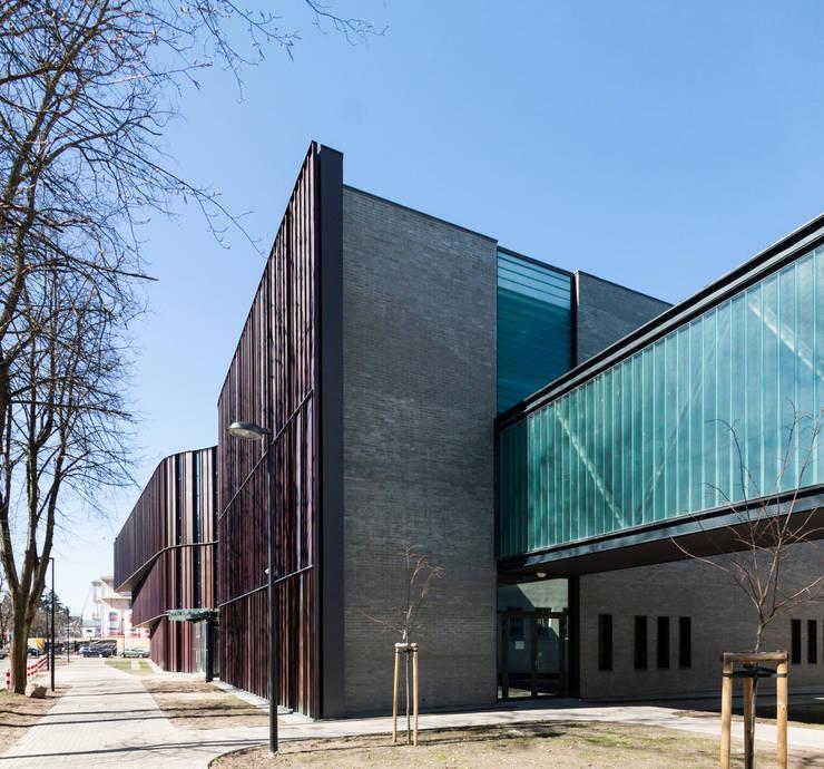 Frontowa elewacja, łącznik: styl , w kategorii Szkoły zaprojektowany przez METEOR ARCHITECTS Anna Pszonak