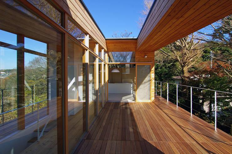 テラス: 株式会社横山浩介建築設計事務所が手掛けた庭です。,