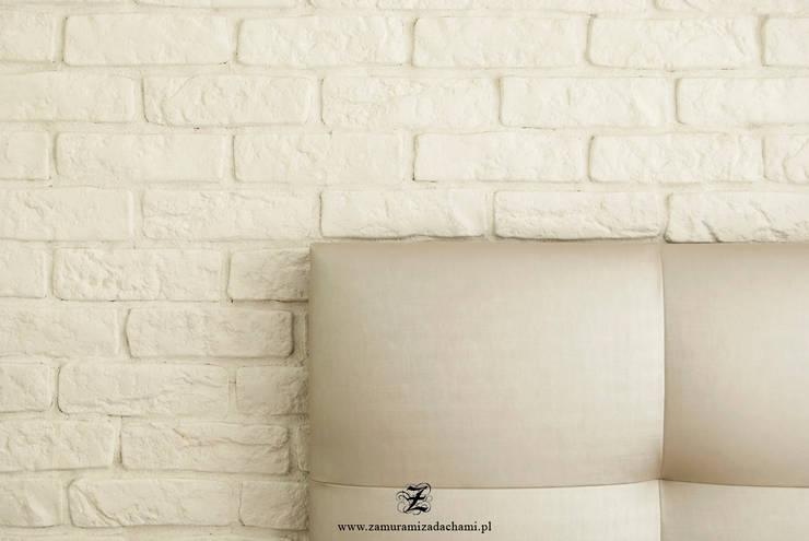 Cegła w mieszkaniu: styl , w kategorii Sypialnia zaprojektowany przez Za murami za dachami