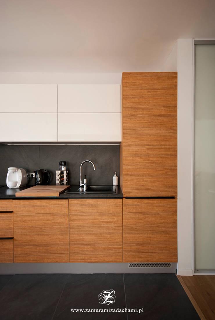 Cegła w mieszkaniu: styl , w kategorii Kuchnia zaprojektowany przez Za murami za dachami