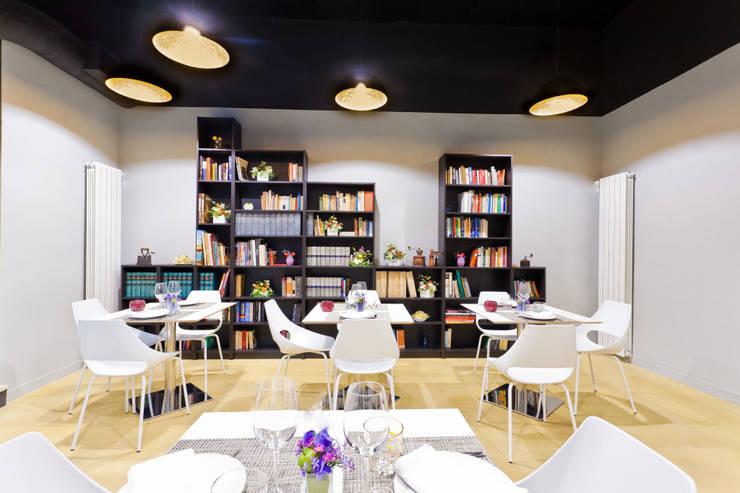 library room: Negozi & Locali commerciali in stile  di arcHITects srl, Industrial